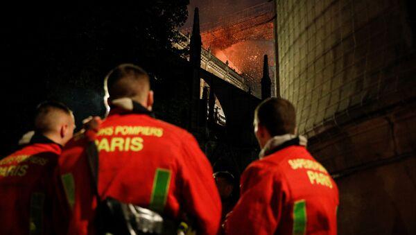 Des pompiers sur le lieu de l'incendie de Notre-Dame - Sputnik France