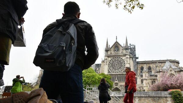 Menschen vor der Kathedralkirche Notre-Dame nach dem Großbrand - Sputnik France