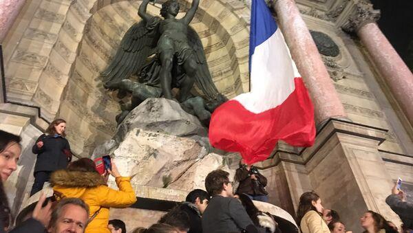 Le lendemain du sinistre dévastateur, Paris rend hommage à la cathédrale Notre-Dame - Sputnik France