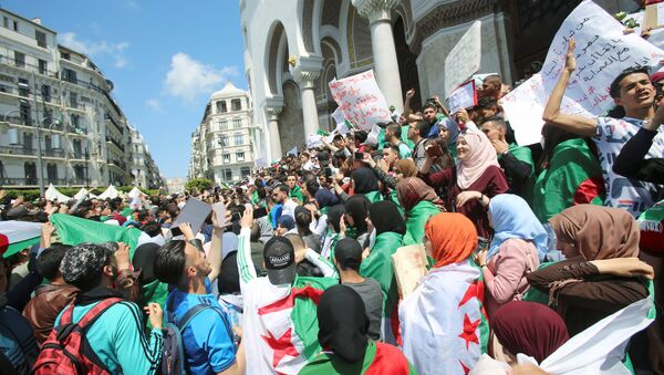 Students take part in a protest seeking the departure of the ruling elite in Algiers - Sputnik France