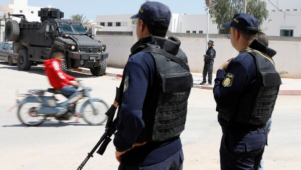 Police officers stand guard in the town of Ben Guerdane, near the Libyan border - Sputnik France
