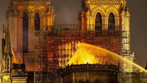 Notre-Dame de Paris en flammes - Sputnik France