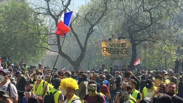 Banderole en soutien à Julian Assange lors de l'acte 23 des Gilets jaunes, le 20 avril, à Paris - Sputnik France