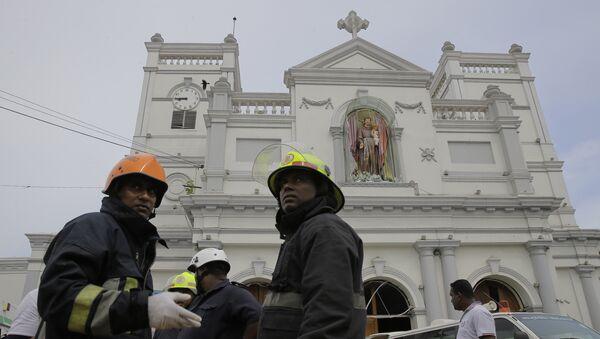 Sri Lankan firefighters stand in the area around St. Anthony's Shrine after a blast in Colombo, Sri Lanka, Sunday, April 21, 2019. - Sputnik France