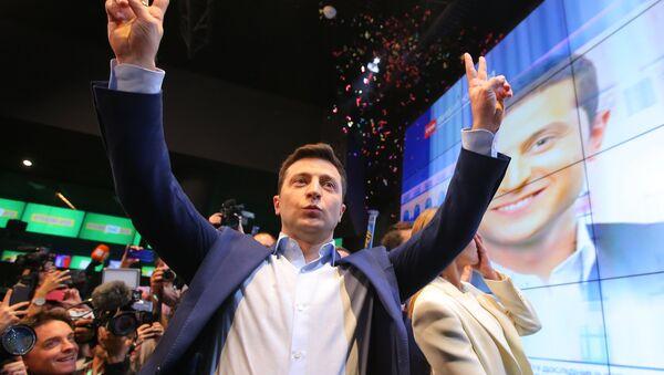 Le candidat à la présidentielle ukrainienne Volodymyr Zelensky apprend les premiers résultats partiels du second tour - Sputnik France