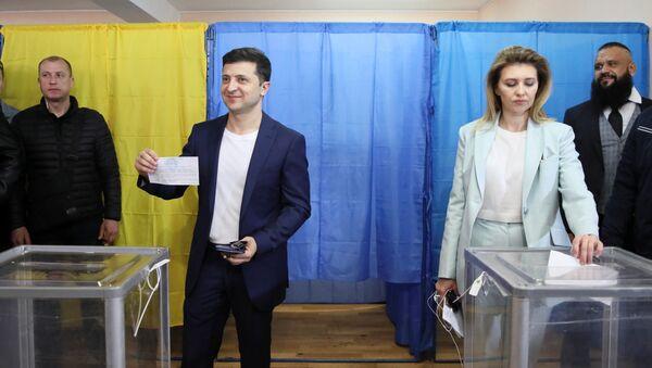 Volodímir Zelenski, candidato a la Presidencia de Ucrania, y su esposa Olena - Sputnik France