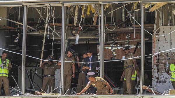 A Sri Lankan Police officer inspects a blast spot at the Shangri-la hotel in Colombo, Sri Lanka, Sunday, April 21, 2019. - Sputnik France