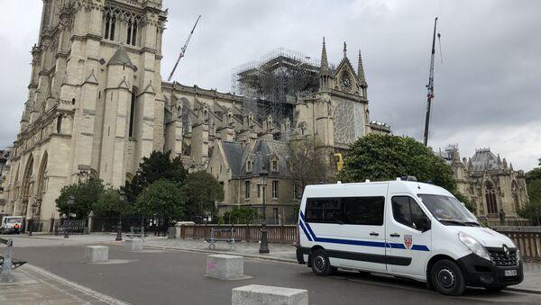 Une voiture de police devant Notre-Dame de Paris en avril 2019 - Sputnik France