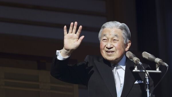 Emperor Akihito, 85, waves to the crowds in Tokyo as he makes his New Year's Day greeting for the last time - Sputnik France