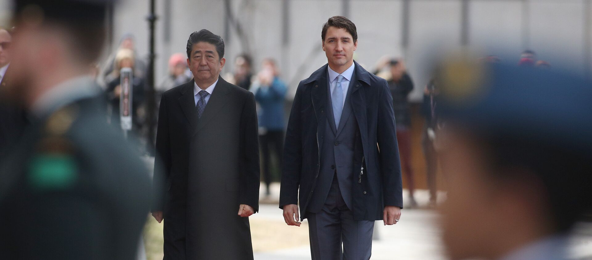 Japanese Prime Minister Shinzo Abe (L) walks with Canadian Prime Minister Justin Trudeau during a welcoming ceremony on Parliament Hill in Ottawa, Ontario, on April 28, 2019.  Lars Hagberg / AFP - Sputnik France, 1920, 30.04.2019