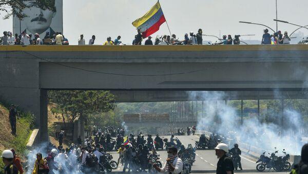 Столкновения демонстрантов и Национальной гвардии у военной авиабазы Ла-Карлота в Каракасе - Sputnik France
