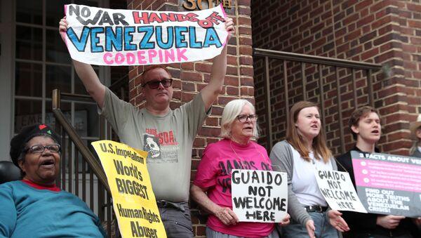 Des manifestants en face de l'ambassade du Venezuela à Washington - Sputnik France