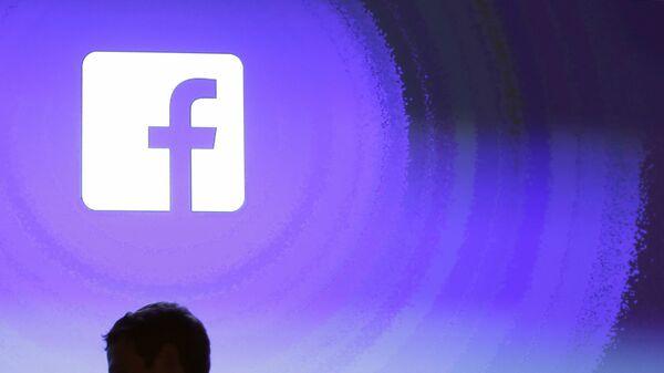 April 4, 2013 file photo, Facebook CEO Mark Zuckerberg walks at the company's headquarters in Menlo Park, Calif.  - Sputnik France