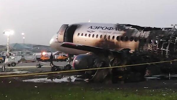 L'avion Sukhoï Superjet 100 qui a pris feu lors de l'atterrissage d'urgence dans l'aéroport de Chérémétiévo - Sputnik France