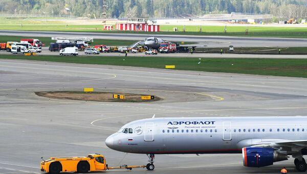 Le Sukhoi Superjet après l'incendie au second plan - Sputnik France