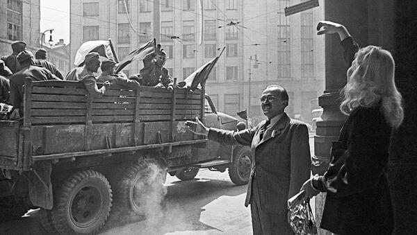 Les habitants de Prague saluent les soldats soviétiques - Sputnik France
