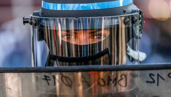 Полицейский во время антиправительственной демонстрации Желтых жилетов в Париже, Франция - Sputnik France