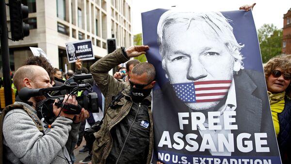 Activistas con la foto de Julian Assange, fundador de WikiLeaks, cerca del juzgado de Westminster, Reino Unido - Sputnik France