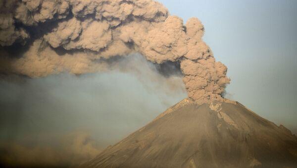 Дым над вулканом Попокатепетль в Мексике - Sputnik France