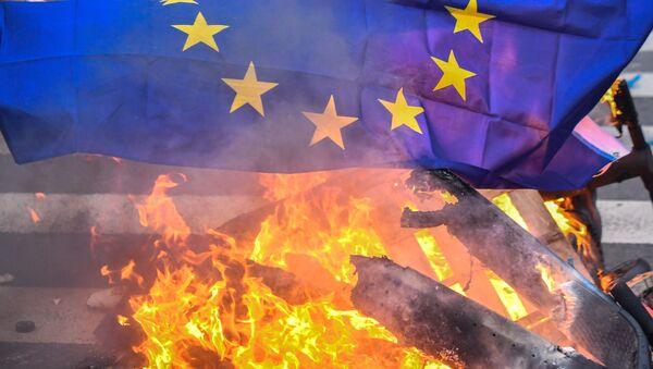 Un drapeau de l'UE brûlé - Sputnik France