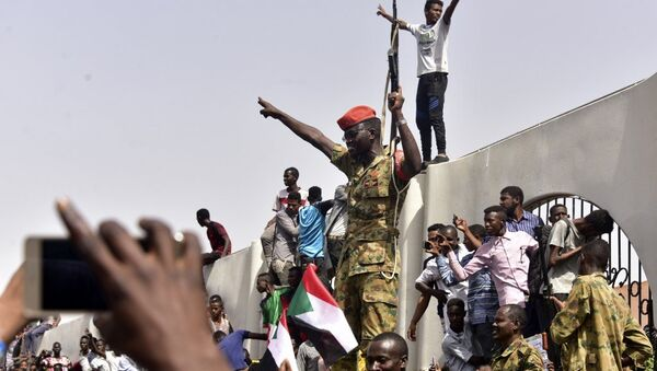 Members of the Sudanese military gather in a street in central Khartoum on April 11, 2019, after one of Africa's longest-serving presidents was toppled by the army. - Sputnik France