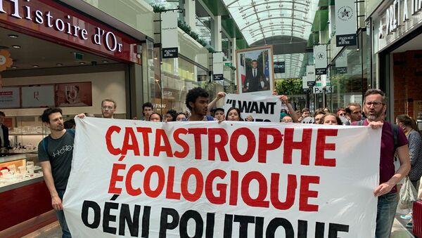 Le portrait de Macron en tête du cortège de la marche mondiale pour le climat qui se tient à Paris - Sputnik France