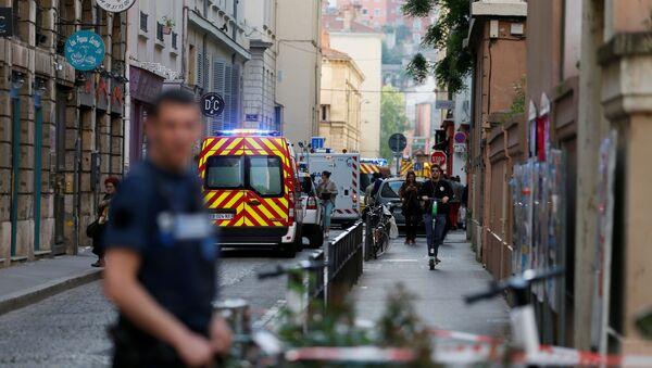 Des pompiers et des ambulances sur les lieux de l'explosion d'un colis piégé à Lyon (24 mai 2019) - Sputnik France