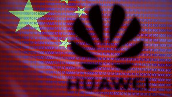 Логотип компании Huawei на фоне флага Китая - Sputnik France