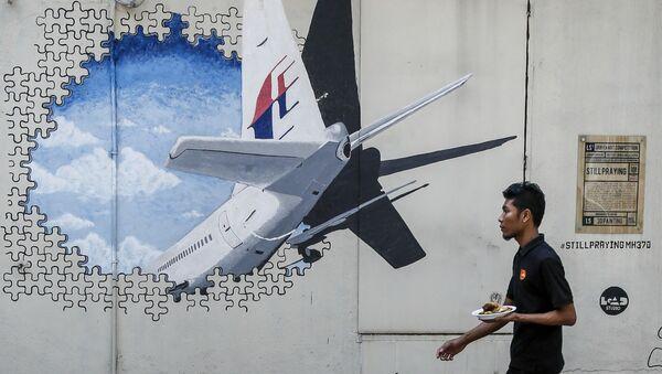 Граффити с изображением пропавшего малайзийского боинга, выполнявшего рейс MH370 - Sputnik France
