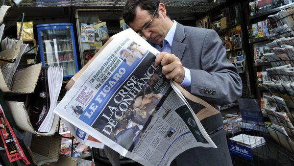 Un homme lisant Le Figaro - Sputnik France