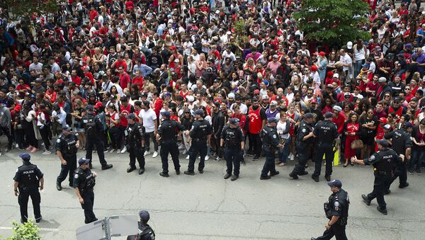 Jun 17, 2019; Toronto, Ontario, Canada; Toronto Police work on crowd control during the Toronto Raptors Championship Parade. Mandatory Credit: Nick Turchiaro-USA TODAY Sports - Sputnik France