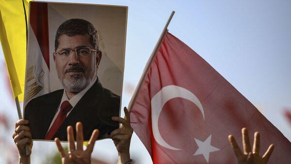 un portrait de Mohammed Morsi et un drapeau turc - Sputnik France