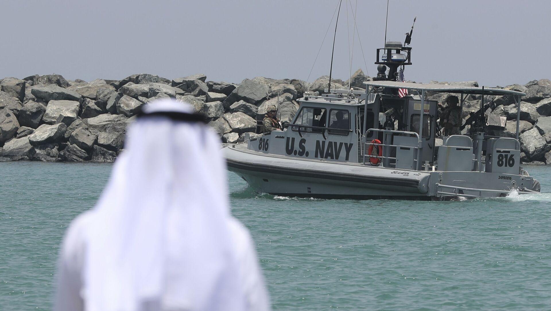 Un patrouilleur de la marine américaine transportant des journalistes pour voir les pétroliers endommagés quitte une base de la 5e flotte de la marine américaine près de Fujairah, aux Émirats arabes unis, mercredi 19 juin 2019. Les mines à patelle utilisées pour attaquer un pétrolier japonais près du détroit d'Ormuz présentaient une ressemblance frappante avec des mines similaires exhibées par l'Iran, a déclaré mercredi un expert en explosifs de la marine américaine. L'Iran a nié être impliqué. (AP Photo/Kamran Jebreili) - Sputnik France, 1920, 27.07.2021