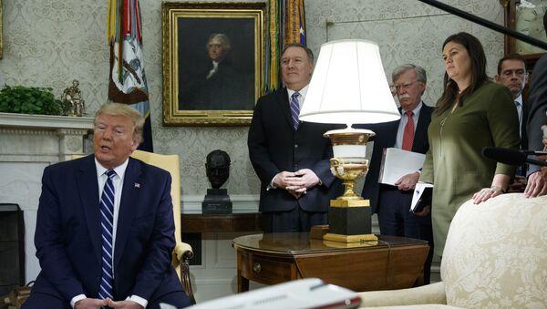 Donald Trump, Mike Pompeo et John Bolton derrière lui - Sputnik France