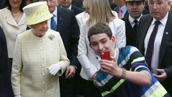 Мальчик во время селфи с королевой Великобритании Елизаветой II - Sputnik France