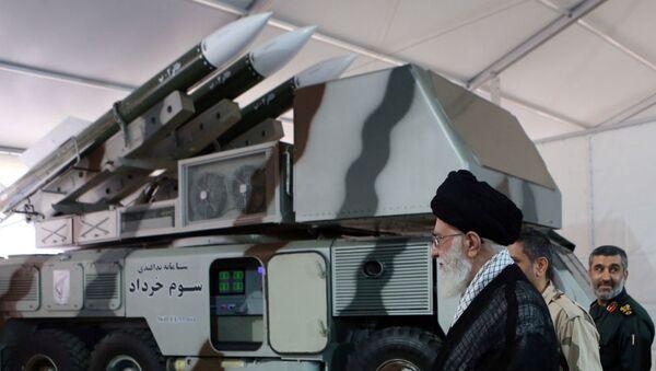 Le guide suprême iranien, l'ayatollah Ali Khamenei, est vu près d'un système de 3 Khordad qui aurait servi à abattre un drone militaire américain. - Sputnik France
