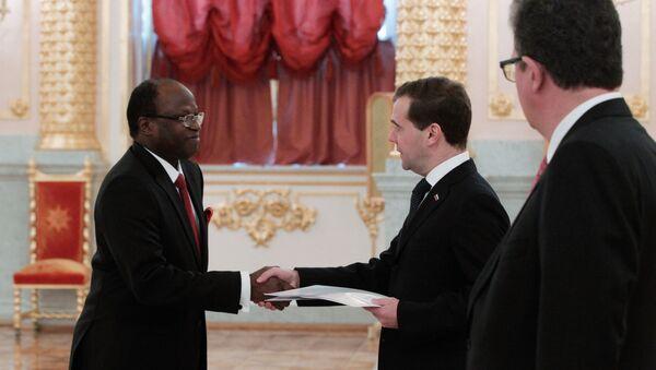 Medvedev et l'ambassadeur de la Guinée-Bissau en Russie (2011) - Sputnik France