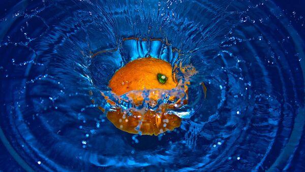 Une orange tombe dans l'eau (image d'illustration) - Sputnik France