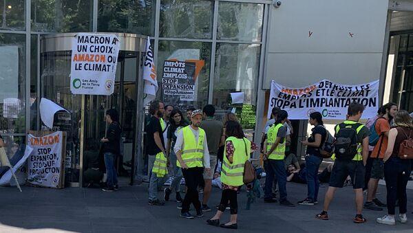 Des militants écologistes et des Gilets jaunes bloquent le siège d'Amazon à Paris, le 2 juillet - Sputnik France