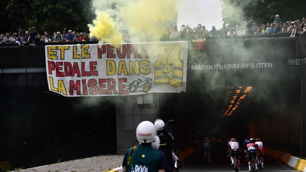 Des Gilets jaunes déploient une banderole sur le parcours du Tour de France, le 6 juillet 2019 - Sputnik France