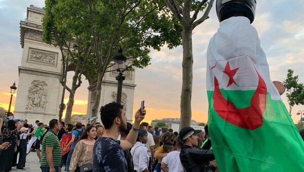 Les Champs-Élysées après que l'Algérie se voit qualifiée pour la demi-finale de la Coupe d'Afrique - Sputnik France