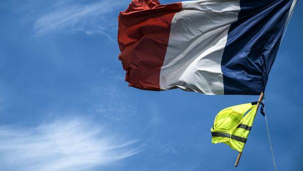 le drapeau français et un gilet jaune - Sputnik France