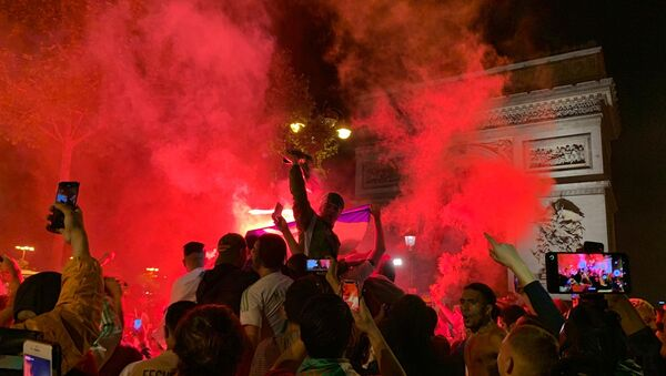 Des Algériens en liesse sur les Champs-Élysées pour fêter la qualification pour la finale de la CAN - Sputnik France