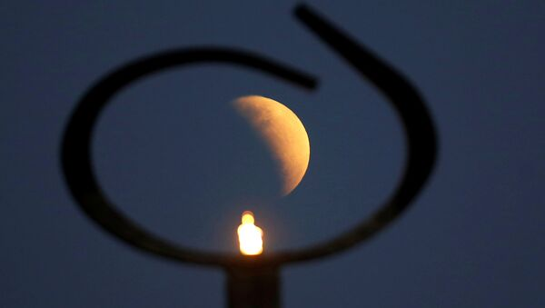 L'éclipse lunaire partielle admirée dans plusieurs pays  - Sputnik France