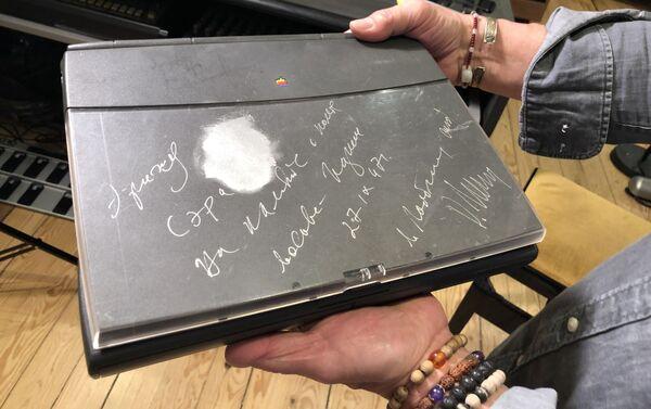 Un autographe de Mikhaïl Gorbatchev sur le Notebook d'Éric Serra - Sputnik France