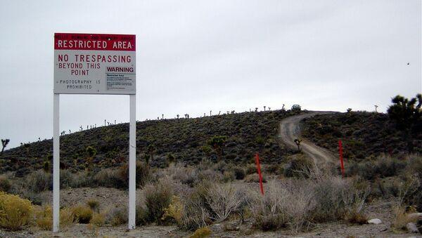 Plakate mit Warnung am Eingang in die US-Militärbasis Area 51 (Archivbild) - Sputnik France