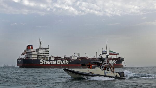 Une photo prise le 21 juillet 2019 montre des gardes de la révolution iraniens en patrouille autour du pétrolier Stena Impero, battant pavillon britannique, ancré au large de la ville portuaire iranienne de Bandar Abbas. - Sputnik France