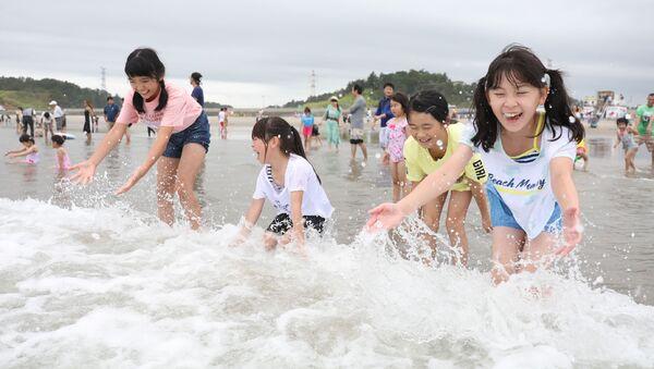 Des enfants jouent avec des vagues à la plage de Kitaizumi,  dans la préfecture de Fukushima, le 20 juillet 2019. - Sputnik France