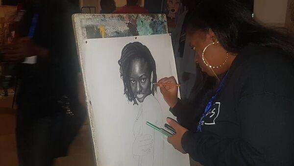 La portraitiste Nielle Assa Ouattara, 17 ans, en pleine démonstration - Sputnik France