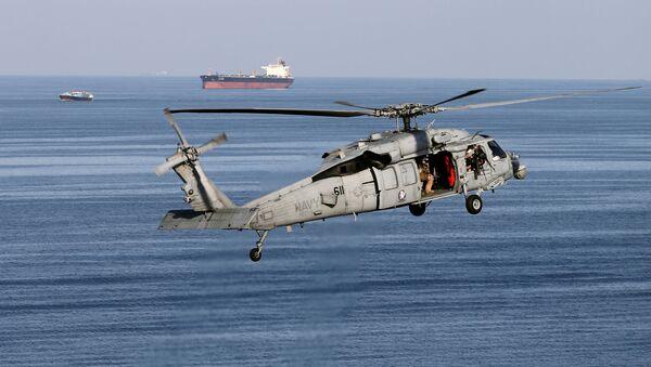 Hélicoptère de combat américain de type MH-60S lors de la patrouille au-dessus du détoit d'Ormuz - Sputnik France